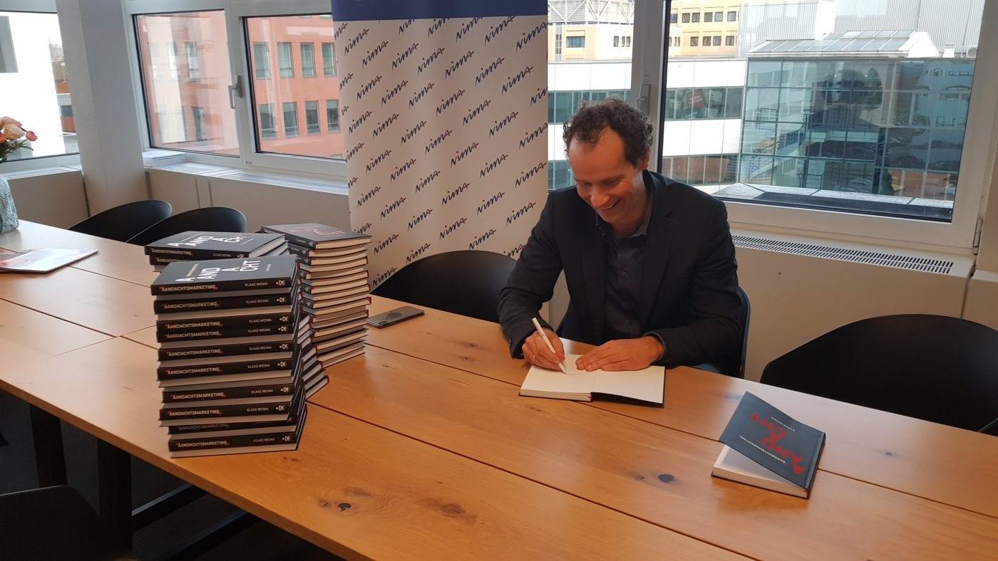 Klaas Weima tekent voor 'NIMA Boek van het kwartaal'